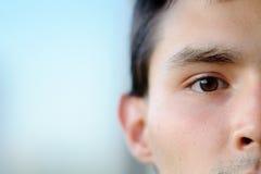 Un retrato del primer de la mitad-cara de un muchacho Imagenes de archivo