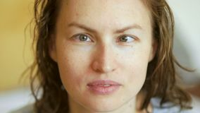 Un retrato grande de una mujer joven con un problema de la visión, estrabismo, miopía Síntomas de enfermedades oftálmicas almacen de metraje de vídeo