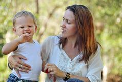 Madre feliz con el bebé de risa sonriente Imagen de archivo libre de regalías
