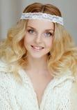 Un retrato muy apacible del blonde hermoso de la muchacha con los ojos azules i Imagen de archivo
