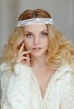 Un retrato muy apacible del blonde hermoso de la muchacha con los ojos azules i Foto de archivo