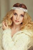 Un retrato muy apacible del blonde hermoso de la muchacha con los ojos azules i Fotografía de archivo