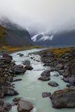Un retrato tiró del agua que fluía del glaciar de fusión Fotografía de archivo libre de regalías