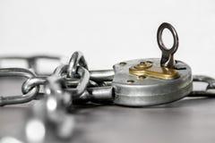 Un retro fissa un briciolo a catena un fondo bianco immagine stock libera da diritti