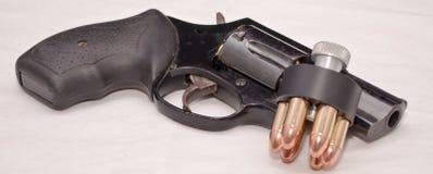 Un revólver con un cargador de la velocidad Foto de archivo