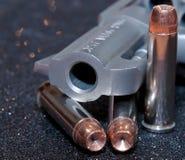 Un revólver con tres balas huecos del punto Fotos de archivo