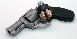 Un revólver inoxidable con un cargador de la velocidad Imágenes de archivo libres de regalías