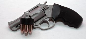 Un revólver inoxidable con un cargador de la velocidad Imagen de archivo libre de regalías