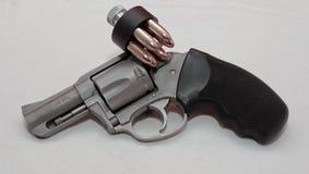 Un revólver inoxidable con un cargador de la velocidad Foto de archivo