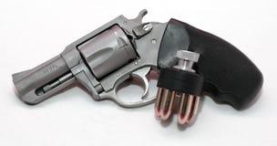 Un revólver inoxidable con un cargador de la velocidad Imagen de archivo