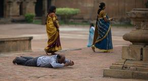 Un rezo en el templo indio imagenes de archivo