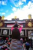 Un rezo piadoso, templo de Jokhang, Tíbet, Lasa imagen de archivo