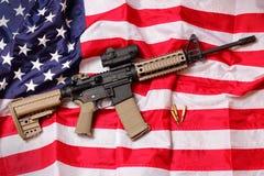 Rifle de AR en bandera americana Imágenes de archivo libres de regalías