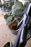 Un rifle y un casco del soldado Imágenes de archivo libres de regalías