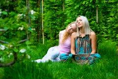 Un rilassamento di due giovani donne Immagini Stock