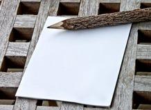 Un rilievo di nota con la matita di legno immagine stock libera da diritti