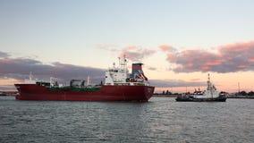 Un rimorchiatore muove la nave di autocisterna di GPL Kappagas intorno al porto, Bremerhaven, Germania video d archivio