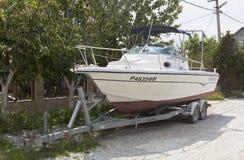 Un rimorchio automobilistico parcheggiato con l'yacht su una via in stazione turistica di Gelendzhik fotografia stock