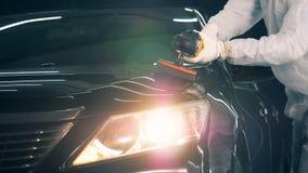 Un riparatore che lavora in un garage, facendo uso dello strumento di lucidatura 4K archivi video