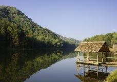 Un riparo e una montagna in lago Fotografie Stock