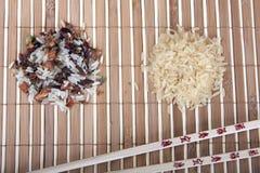 Un riso di due scorrevoli e bastoni di cinese sulla stuoia fotografia stock