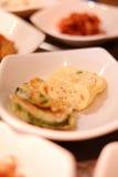 Un ristorante coreano tradizionale con i vari piatti laterali Piatti laterali del pasto coreano dello sprou di verdure del fagiol Fotografie Stock Libere da Diritti