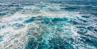 Un risveglio dietro una nave sulla superficie del mare immagine stock libera da diritti