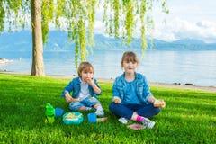 Un ritratto all'aperto di due bambini adorabili immagini stock libere da diritti