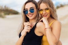 Un ritratto del primo piano di due belle ragazze in costumi da bagno che abbracciano sulla spiaggia fotografia stock libera da diritti