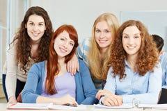 Un adolescente di quattro femmine a scuola Fotografie Stock