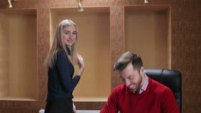 Un ritratto dell'uomo d'affari due e della donna di affari felici, primo piano stock footage