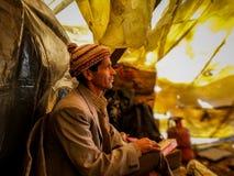 un ritratto dell'uomo locale dall'Himalaya con il suo costume tradizionale fotografie stock
