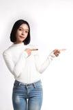 Un ritratto della donna asiatica attraente che indica al copysp immagini stock libere da diritti