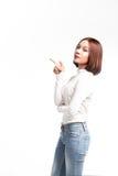 Un ritratto della donna asiatica attraente che indica al copyspace fotografia stock