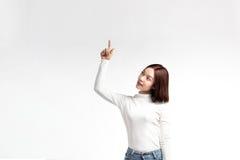 Un ritratto della donna asiatica attraente che indica al copyspace immagini stock libere da diritti