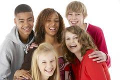 Un ritratto dello studio di cinque amici adolescenti Fotografia Stock Libera da Diritti