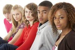 Un ritratto dello studio di cinque amici adolescenti che si levano in piedi I Fotografie Stock