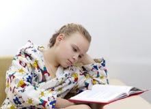 Un ritratto di 9 anni del bambino del libro di lettura Immagine Stock