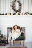 Un ritratto di 7 anni del bambino del libro di lettura a casa su natale Immagini Stock