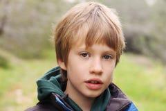Un ritratto di 6 anni del ragazzo Immagine Stock