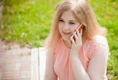 Un ritratto di bella donna che parla sul telefono Fotografia Stock