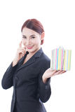 Un ritratto di bella donna di affari con il contenitore di regalo fotografie stock libere da diritti