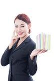 Un ritratto di bella donna di affari con il contenitore di regalo fotografia stock