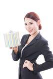 Un ritratto di bella donna di affari con il contenitore di regalo immagini stock