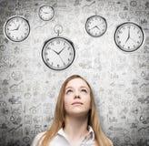 Un ritratto di bella signora che sta esaminando gli orologi da tasca librantesi Un concetto di un valore di tempo nell'affare Aff Immagini Stock Libere da Diritti