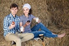 Un ritratto di due agricoltori che prendono una pausa nel fieno e che hanno Th Immagine Stock Libera da Diritti