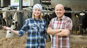 Un ritratto di due agricoltori si avvicina al granaio di mucche Immagine Stock Libera da Diritti