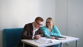 Un ritratto di due alla moda casuali, del ragazzo e della ragazza dei riusciti studenti nel corridoio della lettura delle bibliot video d archivio