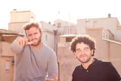 Un ritratto di due amici che sorridono e che esprimono felicità fotografie stock libere da diritti
