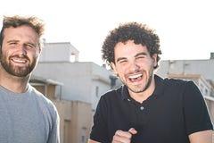Un ritratto di due amici che sorridono e che esprimono felicità fotografia stock